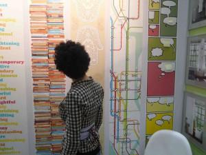 """Stick after reading. Unsere neue Bordüre """"Books"""" mit zwei 2,50 Meter hohen Bücherstapeln."""