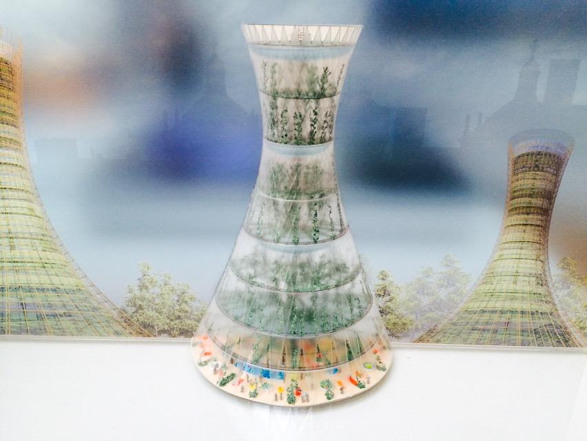Der kleine durchsichtige Turm ist eine Plastik, der Hintergrund ein Bild. Man kann gar nicht aufhören sich die klitzekleinen Figuren anzuschauen, die im Inneren des Turmes installiert sind.
